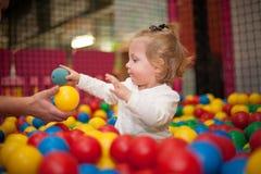 Bebé en piscina de la bola Imagen de archivo