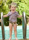 Bebé en piscina de las hojas de los anteojos protectores. imagen de archivo libre de regalías