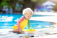 Bebé en piscina Vacaciones de verano de la familia Fotos de archivo