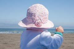 Bebé en playa fotografía de archivo
