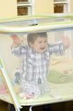 Bebé en playpen Fotos de archivo libres de regalías