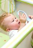 Bebé en playpen Fotos de archivo