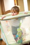 Bebé en playpen Imágenes de archivo libres de regalías