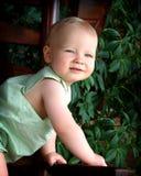 Bebé en silla de madera Imagenes de archivo