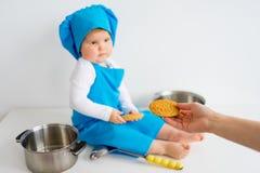 Bebé en sombrero del cocinero Fotografía de archivo libre de regalías
