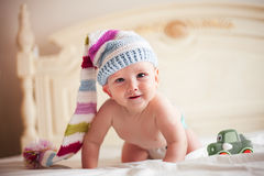Bebé en sombrero del ganchillo Imagenes de archivo