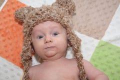 Bebé en sombrero del oso Fotografía de archivo libre de regalías