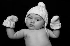 Bebé en sombrero y manoplas en negro Foto de archivo