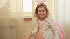 Bebé en traje del ángel o risas y danzas de hadas Concepto de cumplimiento de la magia y del deseo almacen de metraje de vídeo