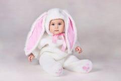 Bebé en traje del conejito Fotos de archivo