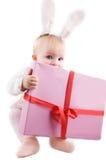 Bebé en traje del conejito con el presente Fotografía de archivo