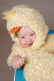 Bebé en traje del polluelo de pascua Foto de archivo