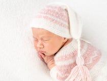 Bebé en traje y sombrero hechos punto imágenes de archivo libres de regalías