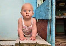 Bebé en un banco Fotografía de archivo