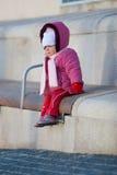 Bebé en un banco Imagenes de archivo