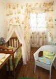 Bebé en un dormitorio de los niños Imagen de archivo libre de regalías