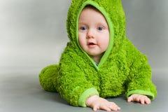 Bebé en un equipo de la rana Foto de archivo