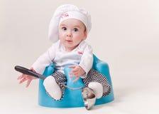 Bebé en un equipo del cocinero Imagen de archivo