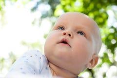 Bebé en un jardín del verano Fotos de archivo libres de regalías