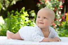 Bebé en un jardín del verano Fotografía de archivo