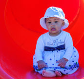 Bebé en un patio Fotos de archivo libres de regalías