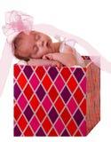 Bebé en un rectángulo de regalo Foto de archivo libre de regalías