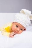 Bebé en un sombrero blanco imagen de archivo libre de regalías