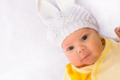 Bebé en un sombrero hecho punto blanco imagen de archivo libre de regalías