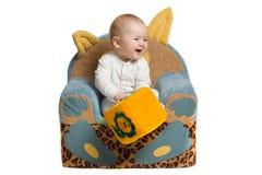 Bebé en una butaca. foto de archivo