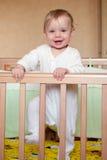 Bebé en una cama Imagenes de archivo
