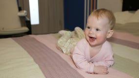 Bebé en una cama en el dormitorio metrajes