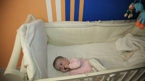Bebé en una cama en el dormitorio almacen de video