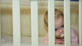 Bebé en una cama en el dormitorio almacen de metraje de vídeo