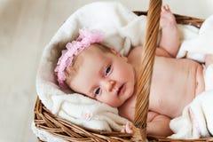 Bebé en una cesta. Fotos de archivo