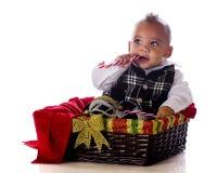 Bebé en una cesta de la Navidad Foto de archivo libre de regalías