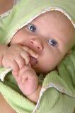 Bebé en una manta verde fotos de archivo