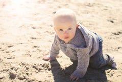 Bebé en una playa Imagen de archivo