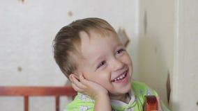 Bebé en una risa del pesebre metrajes