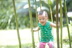 Bebé en verano fotos de archivo
