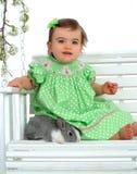 Bebé en verde y conejito Fotografía de archivo