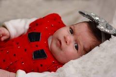 Bebé en vestido rojo Fotos de archivo