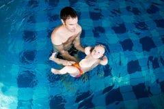 Bebé encantador sonriente en piscina foto de archivo libre de regalías