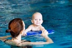 Bebé encantador sonriente en piscina foto de archivo