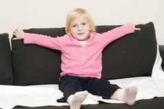 Bebé engraçado em um sofá foto de stock