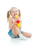 Menina da criança que joga com brinquedo musical Imagens de Stock