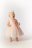 Bebé enojado en vestido de fiesta y sombrero Foto de archivo