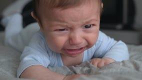 Bebé enojado que miente en delantero y el griterío almacen de metraje de vídeo