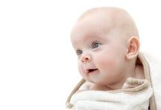 Bebé envuelto en una toalla de baño. Imagen de archivo
