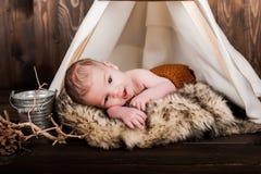 Bebé, estudio de la foto en un fondo de madera Imágenes de archivo libres de regalías