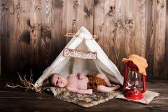 Bebé, estudio de la foto en un fondo de madera Imagen de archivo